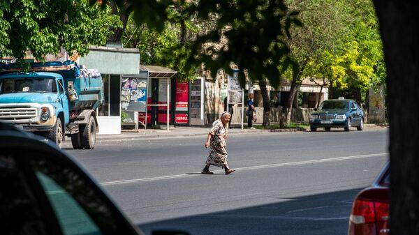 Пожилая женщина переходит улицу Багратуняц - Sputnik Արմենիա