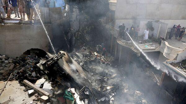 Спасатели тушат пожар, вызванный авиакатастрофой авиакомпании Pakistan International Airlines (22 мая 2020). Карачи - Sputnik Армения