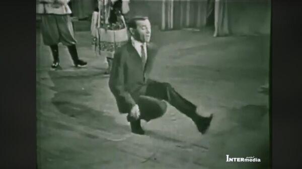 Шарль Азнавур танцует на сцене - Sputnik Արմենիա