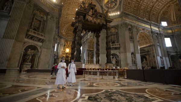 Монахини в мазках в базилике Св. Петра в день ее открытия (18 мая 2020). Ватикан - Sputnik Армения