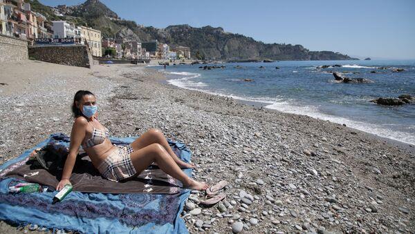 Девушка загорает в маске на пляже в Сицилии   - Sputnik Արմենիա