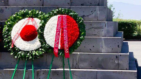 Венок от имени Роберта Кочаряна в мемориальном комплексе Сардарапат (28 мая 2020). Армавир - Sputnik Արմենիա