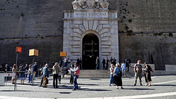 Люди в защитных масках стоят перед музеями Ватикана в преддверии повторного открытия на фоне распространения коронавирусной болезни (1 июня 2020). Ватикан - Sputnik Армения
