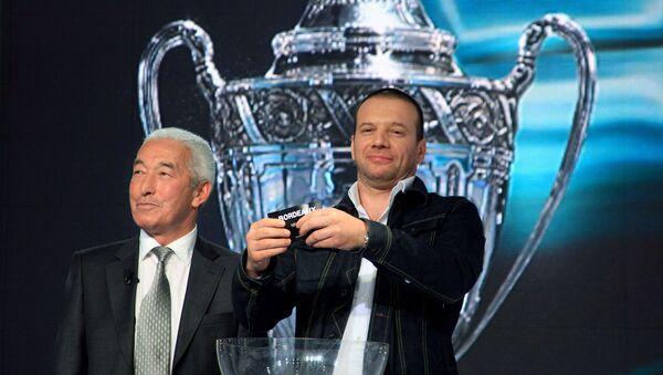 Французский актер Самюэль Ле Бихан (справа) и член комиссии по Кубку Франции Жан Джоркаефф во время жеребьевки четвертьфинала Кубка Франции (23 марта 2008). Париж - Sputnik Արմենիա