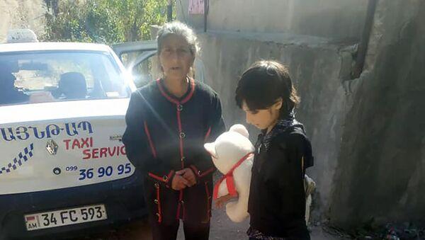 Семилетний Алекс с бабушкой Рипсиме и сестрой Анной - Sputnik Армения