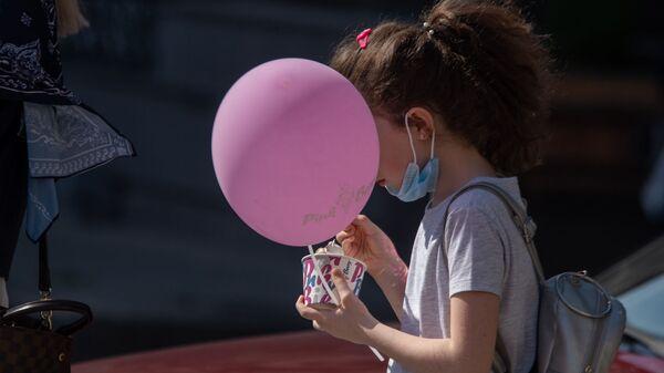 Девочка с мороженным - Sputnik Армения