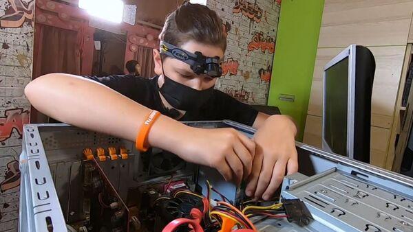 В Калининградской области школьник собирает компьютеры и отдаёт их нуждающимся - Sputnik Армения