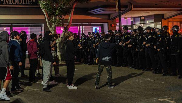 Демонстранты враждуют с полицией (31 мая 2020). Сан-Диего, Калифорния - Sputnik Армения