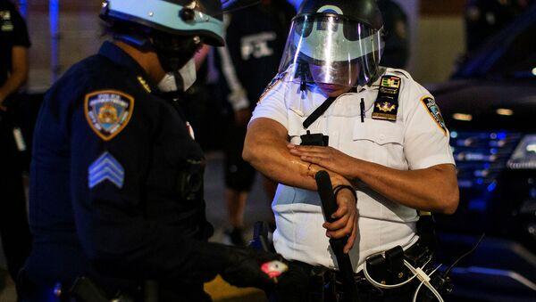 Офицер полиции Нью-Йорка осматривает травму, полученную в ходе демонстрации против смерти Джорджа Флойда в (31 мая 2020). Бруклин - Sputnik Армения