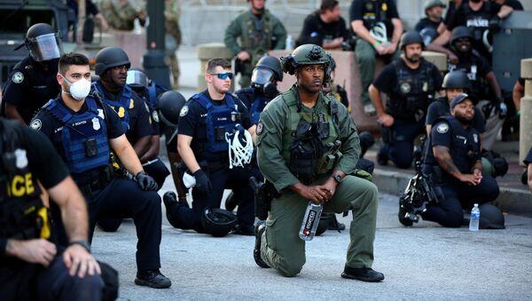 Офицеры стоят на коленях с протестующими во время акции протеста против гибели в Миннеаполисе от рук полиции афроамериканца Джорджа Флойда, Атланта, штат Джорджия - Sputnik Армения