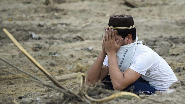 Скорбящий мужчина на кладбище в Нью-Дели - Sputnik Армения