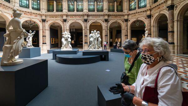 Посетители знакомятся с экспозицией на выставке Галереи Италии в Милане - Sputnik Армения