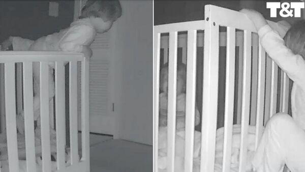 Малыш вылезает из кроватки, чтоб успокоить плачущего брата - Sputnik Армения