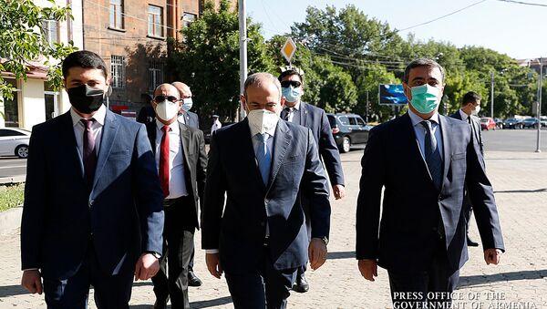 Премьер-министр Никол Пашинян с новоназначенным и бывшим главами СНБ перед зданием Службы (9 июня 2020). Еревaн - Sputnik Արմենիա