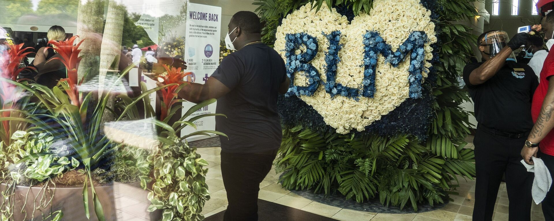 Венок BLM (black lives matter) в церкви The Fountain of Praise в Хьюстоне на церемонии прощания с афроамериканцем Джорджем Флойдом - Sputnik Армения, 1920, 23.12.2020