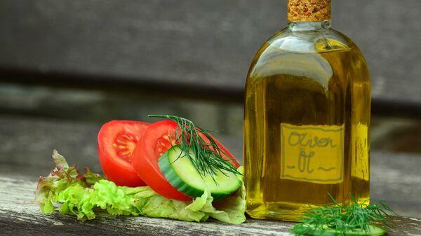Бутылка оливкового масла с нарезанными овощами - Sputnik Արմենիա