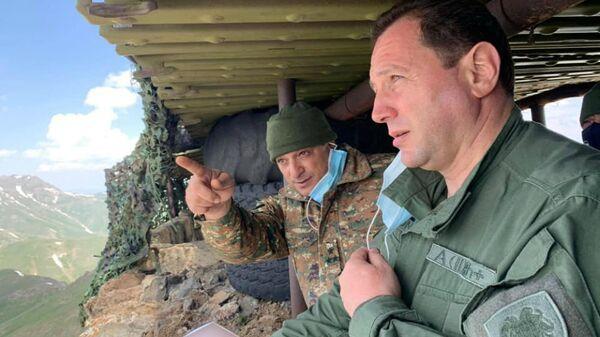 Министр обороны Давид Тоноян во время посещения позиции Монте в связи с Днем памяти Монте Мелконяна (12 июня 2020).  - Sputnik Армения