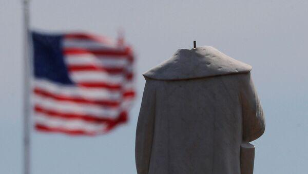 Протестующие обезглавили монумент первооткрывателя Америки Христофора Колумба в Бостоне - Sputnik Армения