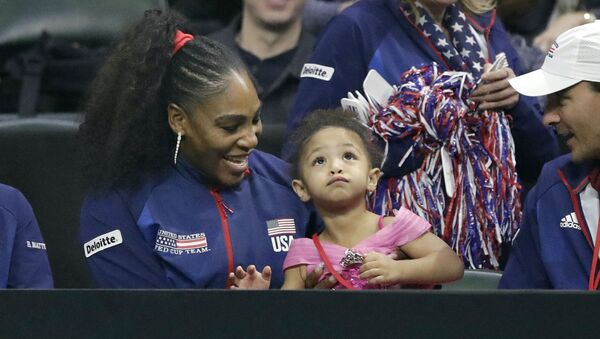 Серена Уильямс со своей дочерью Алексис Олимпией Оганян-младшей во время отборочного теннисного матча Кубка Федерации (8 февраля 2020). Эверетт, штат Вашингтон - Sputnik Արմենիա