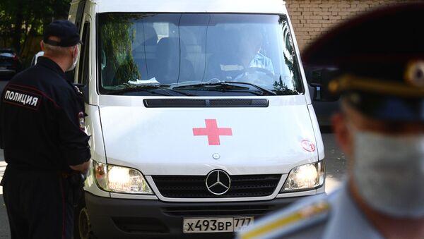Автомобиль скорой медицинской помощи и сотрудники правоохранительных органов  - Sputnik Армения