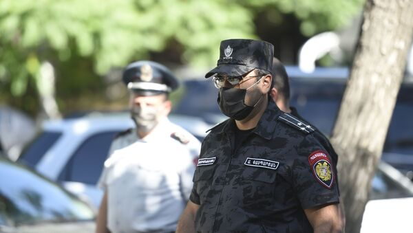 Полиция у здания СНБ, где собралась толпа в поддержку Гагика Царукяна (14 июня 2020). Еревaн - Sputnik Армения
