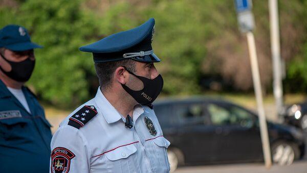 Сотрудники полиции в защитных масках перед зданием СНБ (16 июня 2020). Еревaн - Sputnik Արմենիա