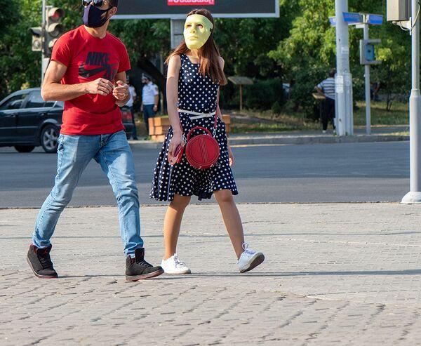 Молодые люди в масках на перекрестке улиц Московян, Ханджяна и Налбандяна - Sputnik Արմենիա