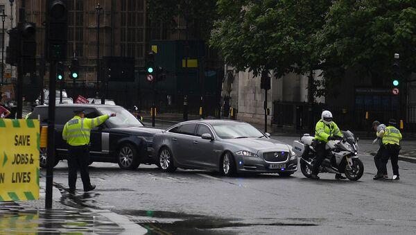 Полицейский задерживает подбежавшего к автомобилю Бориса Джонсона протестующего из прокурдской демонстрации, из-за которого впоследствии был сбит следовавшим за ним автомобилем (17 июня 2020). Лондон - Sputnik Армения