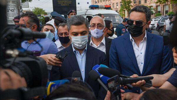 Артур Ванецян отвечает на вопросы журналистов у здания суда, где проходит судебное заседание по делу Гагика Царукяна (17 июня 2020). Еревaн - Sputnik Армения