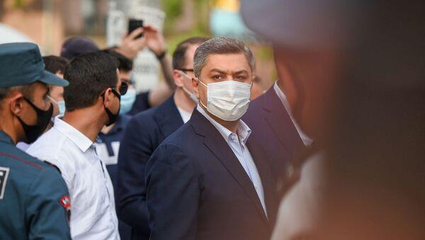 Артур Ванецян перед зданием суда, где проходит судебное заседание по делу Гагика Царукяна (17 июня 2020). Еревaн - Sputnik Արմենիա