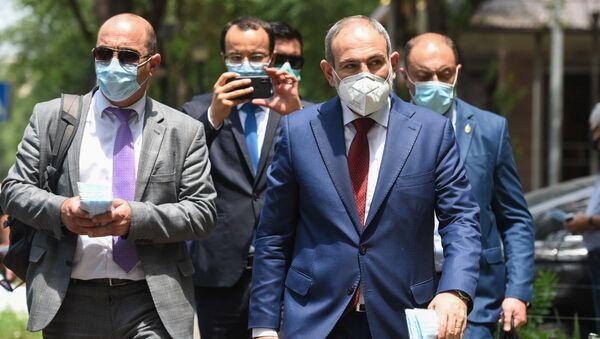 Премьер-министр Никол Пашинян собственноручно раздает медицинские маски на улице (18 июня 2020). Еревaн - Sputnik Արմենիա