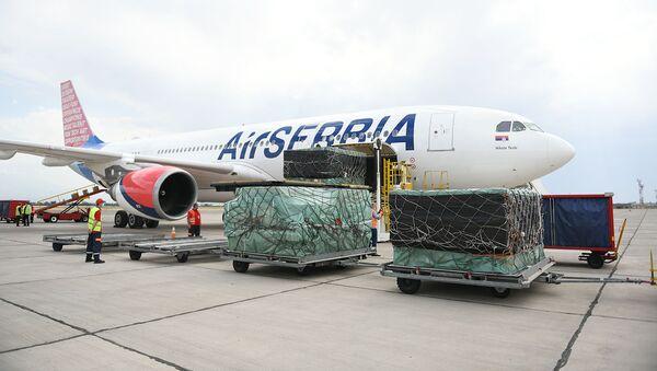 По договоренности президентов Армении и Сербии первый самолет с медикаментами и оборудованием прибыл в Ереван специальным рейсом (18 июня 2020). - Sputnik Արմենիա