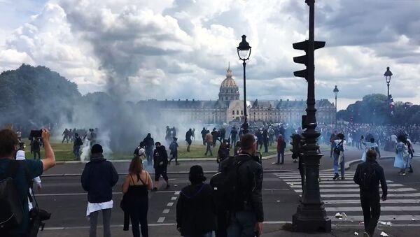 Беспорядки в Париже во время акции протеста медицинских работников - Sputnik Армения