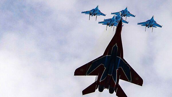 Истребители МиГ-29 и Су-30СМ пилотажных групп Русские витязи и Стрижи во время репетиции воздушной части парада Победы - Sputnik Армения