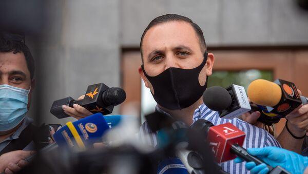 Адвокат Гагика Царукяна Ерем Саркисян отвечает на вопросы журналистов после окончания судебного заседания (21 июня 2020). Еревaн - Sputnik Армения