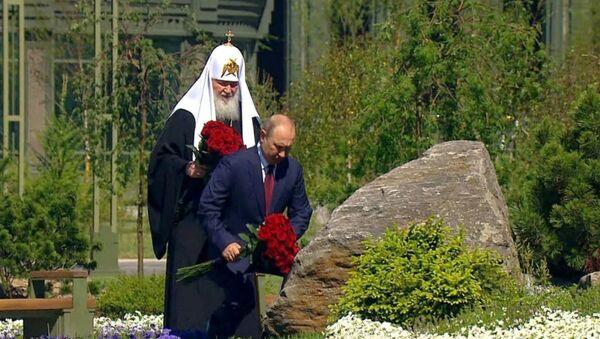 Путин возложил цветы к памятнику «Матерям победителей» - Sputnik Армения
