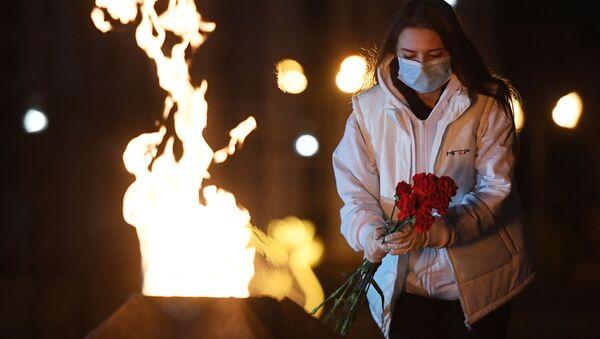 Девушка во время международной акции Свеча памяти, посвященной 75-й годовщине начала Великой Отечественной войны, у Вечного огня в парке Победы в Казани - Sputnik Армения