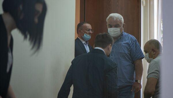 Юрий Хачатуров и Сейран Оганян входят в зал суда перед началом заседания по делу 1 марта (23 июня 2020). Еревaн - Sputnik Արմենիա