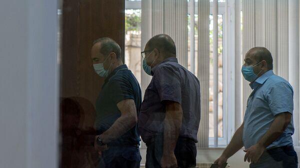 Роберт Кочарян с адвокатами Айком Алумяном и Ованнесом Худояном выходят из зала суда по окончанию заседания по делу 1 марта (23 июня 2020). Еревaн - Sputnik Արմենիա