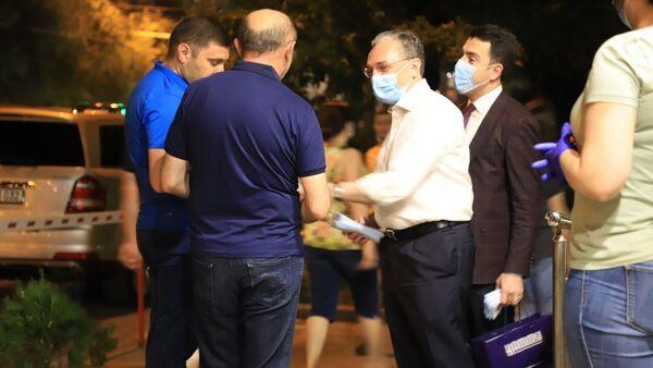 Министр иностранных дел Зограб Мнацаканян присоединился к инициативе по раздаче масок жителям столицы (23 июня 2020). Еревaн - Sputnik Արմենիա