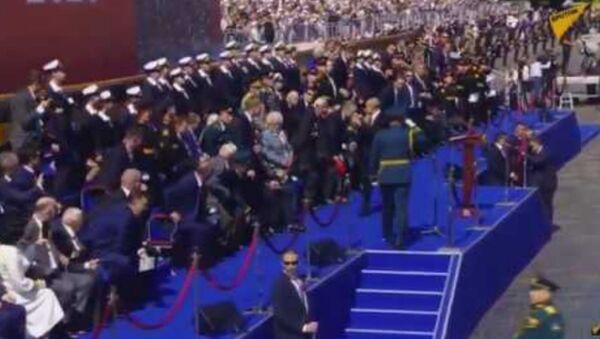 Ветераны пытались встать с трибун вместе с Путиным, но президент жестом им сказал: «Не надо» - Sputnik Армения