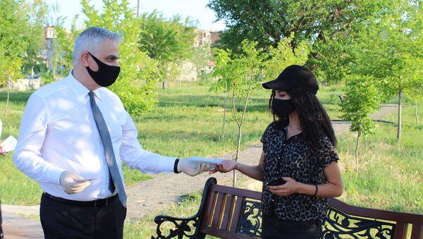 Вице-премьер Мгер Григорян раздает маски гражданам (24 июня 2020). Еревaн - Sputnik Արմենիա