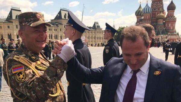 Министр обороны Давид Тоноян (справа) с полковником Ашотом Акопяном на параде Победы (24 июня 2020). Москва - Sputnik Армения