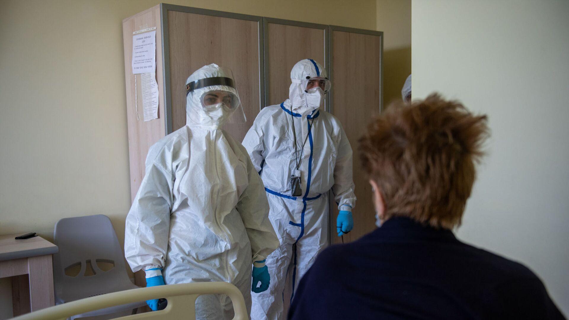 Инфицированная коронавирусом пациентка в медцентре Арташат (на первом плане) общается с корреспондентом Sputnik Армения - Sputnik Արմենիա, 1920, 25.07.2021