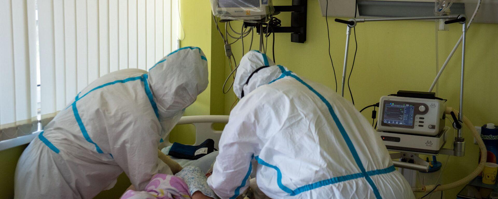 Медсестры ухаживают за пациентом в реанимации медцентра Арташат - Sputnik Արմենիա, 1920, 31.08.2021