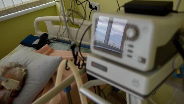 Пациент, подключенный к аппарату ИВЛ в реанимации медцентра Арташат - Sputnik Արմենիա