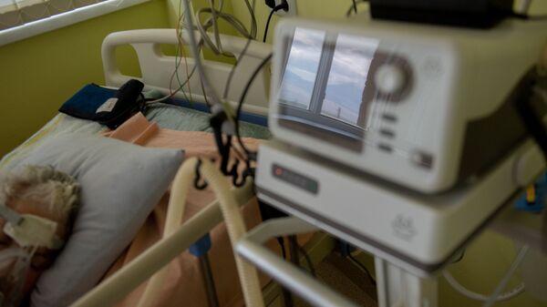 Пациент, подключенный к аппарату ИВЛ в реанимации медцентра Арташат - Sputnik Армения