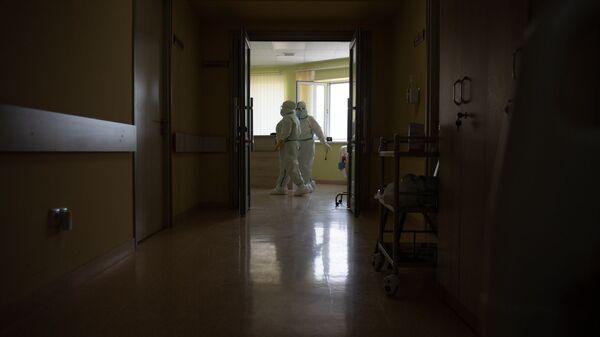 Сотрудники медцентра Арташат в коридорах - Sputnik Արմենիա