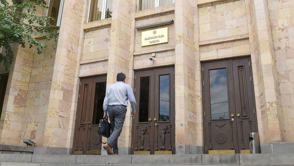 Судья Ваге Григорян заходит в здание Конституционного Суда (26 июня 2020). Еревaн - Sputnik Армения