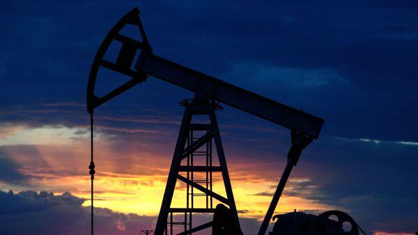 Нефтяная качалка на фоне заката - Sputnik Армения